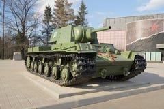 Den tunga behållaren för sovjet KV-1 på byggnaden av museum`-avbrottet av belägringen av Leningrad ` i den Maj eftermiddagen Royaltyfri Fotografi