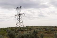 Den tunga grå färgen fördunklar i den kalla hösthimlen över gröna fält, träd, skogar, strömmar För storm elektriska poler Arkivbilder