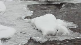 Den turbulenta floden i vinter flyg- sikt mot bakgrund field blåa oklarheter för grön vitt wispy natursky för gräs arkivfilmer