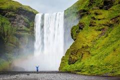 Den turist- chockade skönhetvattenfallet fotografering för bildbyråer