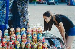 Den turist- flickan köper souvenir på gatan i staden av den Vyborg, Leningrad regionen arkivfoton