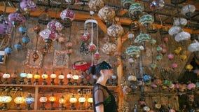 Den turist- kvinnan med VR-exponeringsglas som shoppar i souvenir, shoppar med traditionella turkiska lampor arkivfilmer