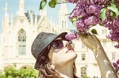 Den turist- kvinnan sniffar blomningträdet nära den Lednice slotten, guling Royaltyfri Fotografi