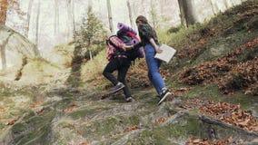 Den turist- mannen och kvinnan klättrar en hög bana till bergen Begrepp av bekymmerslöst modernt liv stock video