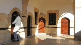 den turist- mannen skriver in hotellrum, den historiska ärke- porten, safranboluen, kalkon arkivfilmer