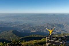 Den turist- mannen står på synvinkeln royaltyfria bilder