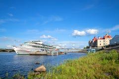 Den turist- motoriska `en för skepp`-Oktober revolution på stadspir på Volgaet River i den soliga Juli eftermiddagen Arkivfoto
