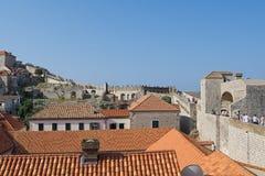 Den turist- slingan för få tänder över slottväggarna, i Dubrovnik den gamla staden, Kroatien fotografering för bildbyråer
