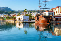 Den turist- spansk gallion i Rethymno Arkivbilder
