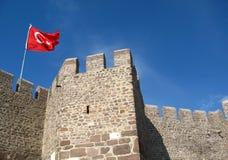 Den turkiska flaggan flyger på väggen av fästningen Arkivfoto