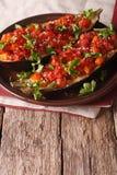 Den turkiska Imambayildien halverar bakad aubergine med grönsaker Vert Arkivfoton