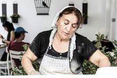 Den turkiska kvinnan förbereder traditionellt bakelseting Royaltyfri Foto