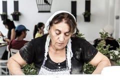 Den turkiska kvinnan förbereder traditionellt bakelseting Fotografering för Bildbyråer