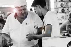 Den turkiska mannen betalar en pojke Royaltyfri Foto