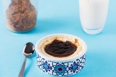 Den turkiska mjölkaktiga efterrätten Sutlac med kanel och mjölkar Royaltyfri Bild