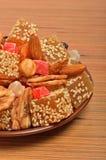 Den turkiska sötsaken gläder med sesam, torkade bananer, candied frukt Royaltyfri Foto