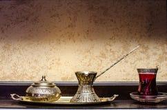 Den turkiska teakrukan och kuper Arkivfoto