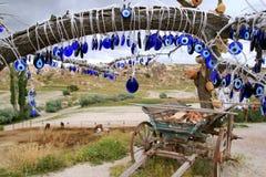 Den turkiska traditionella `en s för souvenir`-katten synar ` på trädet royaltyfria bilder