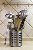 Den tvättade disken torkar i köket, närbild royaltyfria bilder