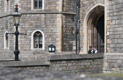 Den två polisen på vakten på Windsor Castle, Berkshire Royaltyfri Fotografi