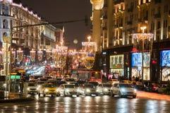Den Tverskaya gatan som är upplyst på jul, tajmar, trafik på gatan på Januari 07, 2018 i Moskva, Ryssland Royaltyfria Bilder