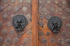 Den tvilling- antikviteten behandlar gammal stil på trädörrar royaltyfria bilder
