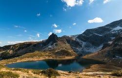 Den tvilling- sjön - det störst i området av de sju Rila sjöarna Arkivbild