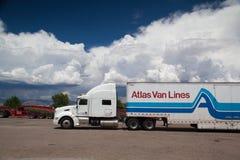 Den typiska amerikanska lastbilen på en p Royaltyfria Bilder