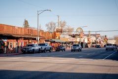 Den typiska gatasikten i den historiska byn av ensamt s?rjer - ensamt s?rja Ca, USA - mars 29, 2019 royaltyfria foton