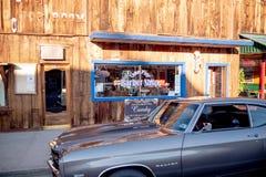 Den typiska gatasikten i den historiska byn av ensamt s?rjer - ensamt s?rja Ca, USA - mars 29, 2019 royaltyfri foto