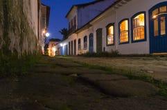 Paraty gata på natten Arkivbild