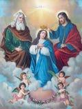 Den typiska katolska bilden av kröning av jungfruliga Mary skrivev ut i Tyskland från slutet av 19 cent ursprungligen vid den okä Arkivfoton