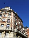 Den typiska parisian byggnaden i Paris Royaltyfri Fotografi
