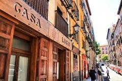 Den typiska spanska restaurangen kallade Casa Lucio i Madrid fotografering för bildbyråer
