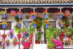 Den typiska terrassen (balkong) dekorerade rosa och röda blommor, Spanien royaltyfria bilder