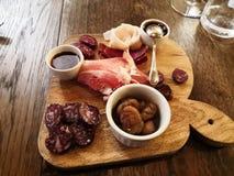 Den typiska Valdostano aptitretaren med kurerat kött, marmelad, späcker och caramelized kastanjer royaltyfria bilder