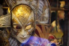 Den typiska Venedig karnevalmaskeringen i en lokal shoppar Fotografering för Bildbyråer