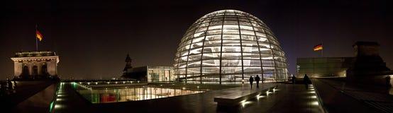Den tyska Bundestagen vid natt Arkivfoton