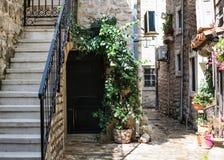 Den tysta borggården av den gamla staden Budva, Montenegro royaltyfri foto