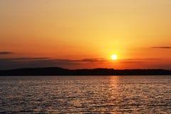 Den tysta solnedgången på sjön Arkivbilder