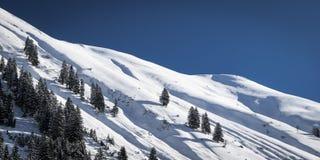 Den tysta vintern landskap i österrikiska berg Arkivfoto