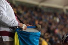 Den ukrainska fanen slår en irländsk bastrumma för fan` s, utvändiga Parc Olympique Lyonnais royaltyfria bilder