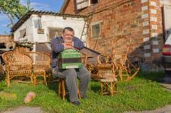 Den ukrainska land-mannen som har ett kort, vilar Royaltyfri Bild