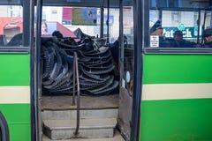 Den ukrainska polisen i en buss Arkivfoton