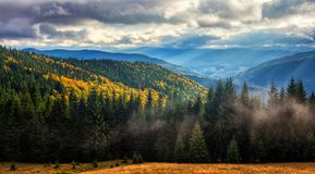 Den underbara hösten landskap majestätiska mulna moln i sunligh Royaltyfri Bild