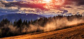 Den underbara hösten landskap majestätiska mulna moln i sunligh Arkivbilder