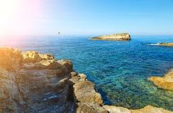 Den underbara havslagun med klart turkosvatten på ljus solig dag ser som paradis arkivfoton