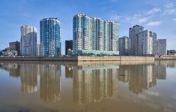 Den underbara sikten av det lyxiga bostads- komplexet av skyskrapor från parkerar av seger, husen reflekteras i vattnet su royaltyfri foto