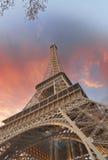 Den underbara skyen färgar ovanför Eiffel står hög. La turnerar Eiffel i Paris Royaltyfria Foton