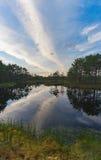 Den underbara solnedgången fördunklar över Suru Suursoo Royaltyfria Bilder